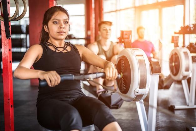 Atleten trainen in een cross-fit sportschool
