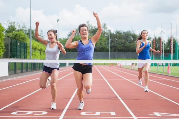 Atleten vieren als ze finishlijn overschrijden