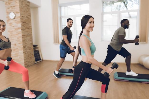 Atleten zijn bezig met fitness in de moderne sportschool.