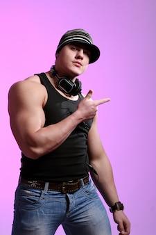 Atletenmens met grote spieren die hoofdtelefoons dragen