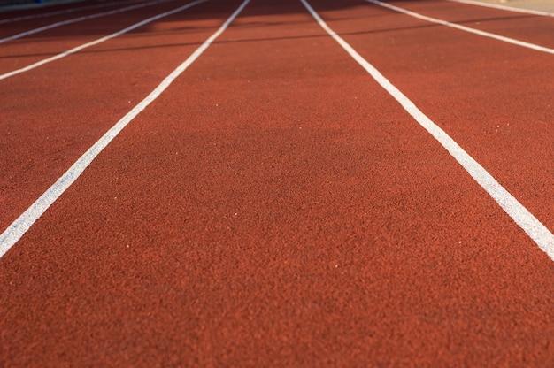 Atletiekbaan in het stadion. rubberen coating. loopband in de frisse lucht. gezonde levensstijl concept. atleten cardiotraining