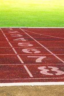Atletiekbaan voor de achtergrond van de atleten