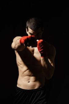 Atletisch bokserponsen met vastberadenheid en voorzorg