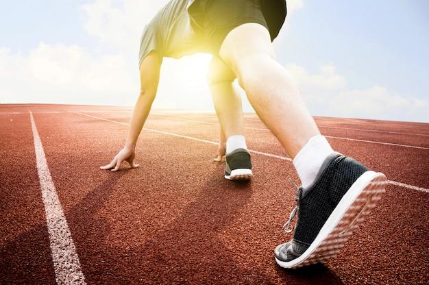 Atletisch klaar op startpunt en klaar voor de concurrentie