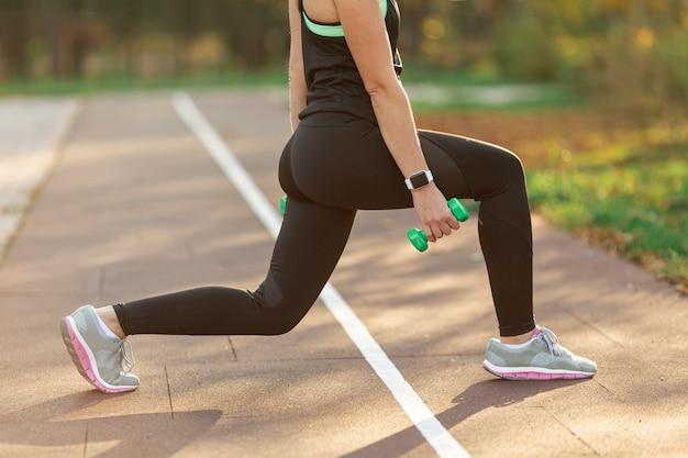 Atletisch lichaam doet fitness oefeningen