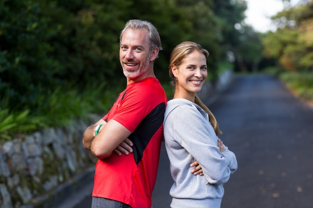 Atletisch paar dat zich rijtjes op de open weg bevindt
