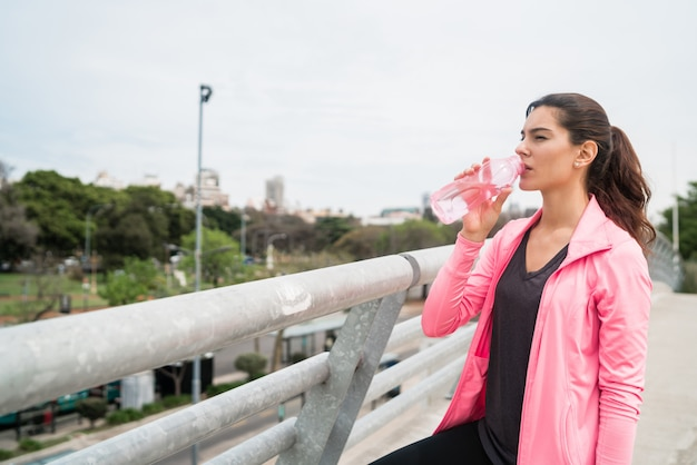 Atletisch vrouwen drinkwater na opleiding