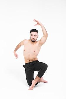 Atletische balletdanser in het perfecte vorm presteren geïsoleerd op wit