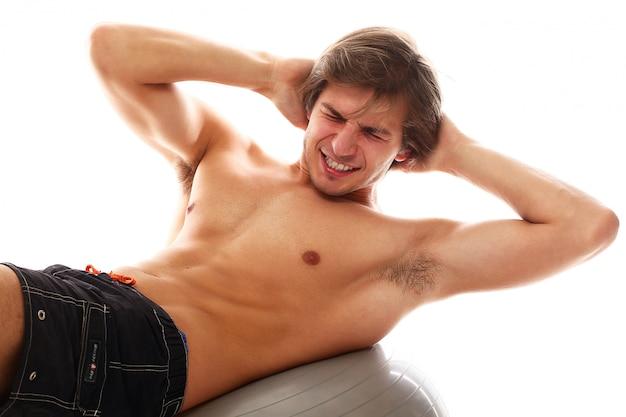Atletische jonge man het beoefenen van sport