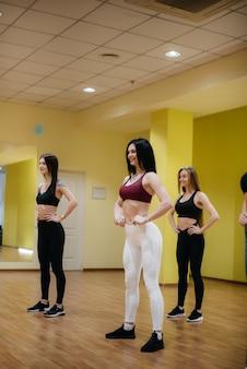 Atletische jonge meisjes houden zich bezig met fitness en aerobics in een groepsles. fitness, gezonde levensstijl