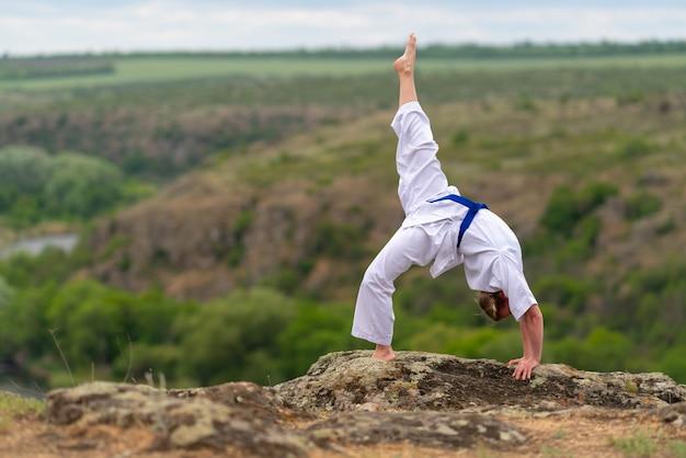 Atletische jonge vechtsportenvrouw die het doen uitwerken