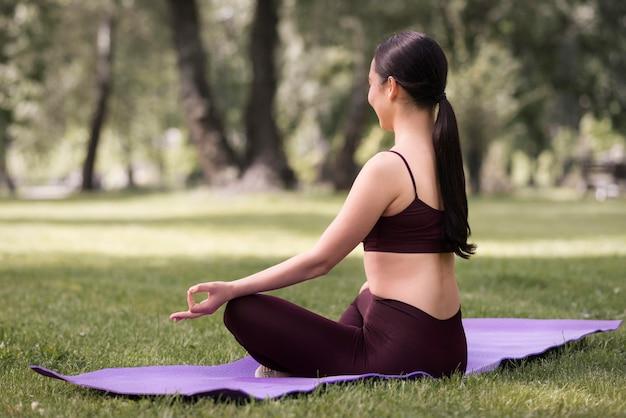 Atletische jonge vrouw die yoga uitoefent