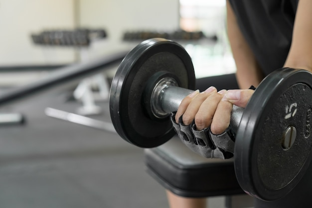 Atletische jonge vrouw doet een fitness training met halter