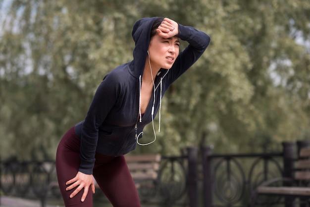 Atletische jonge vrouw moe na de training