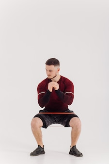 Atletische jongeman training thuis, man training, warming-up voor gewicht oefening.