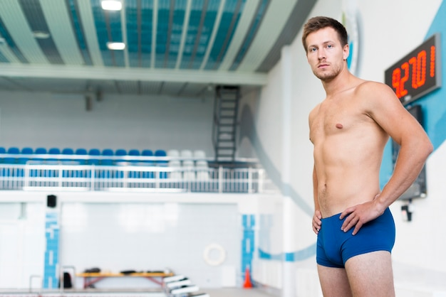 Atletische man bij het zwembad