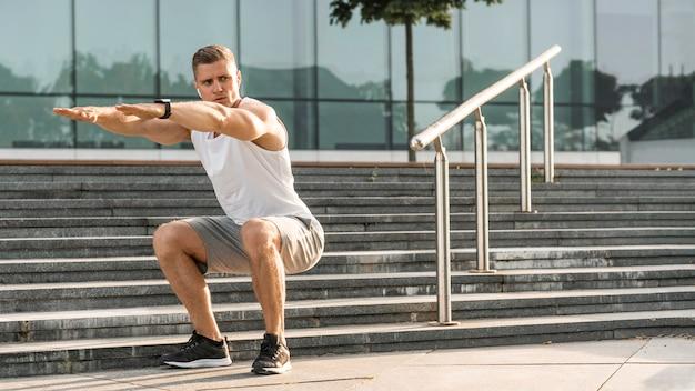 Atletische man buiten oefenen
