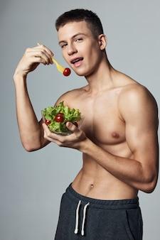 Atletische man energie training dieet eten bijgesneden weergave. hoge kwaliteit foto