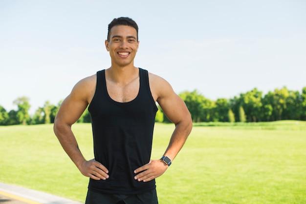 Atletische man het beoefenen van sport buiten