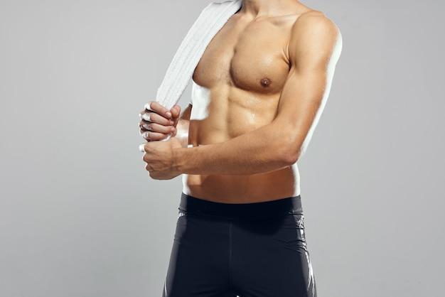 Atletische man met een opgepompt lichaam motivatie bodybuilder fitness