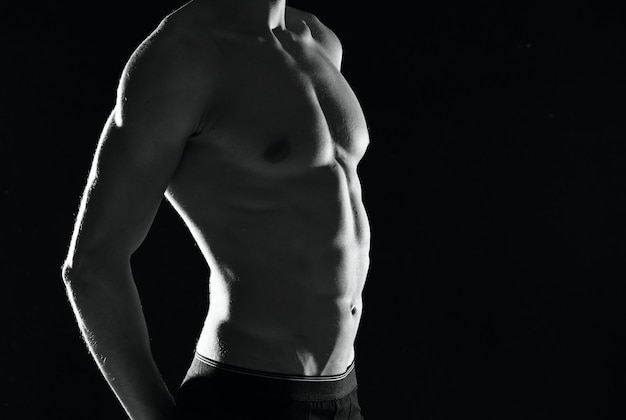 Atletische man met een opgepompt lichaam zwart-wit foto mannelijke oefening