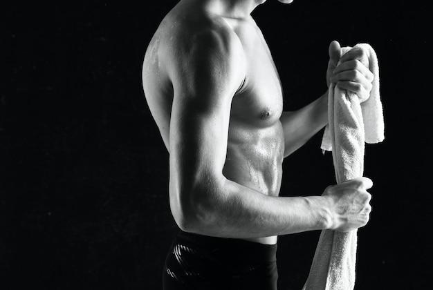 Atletische man met een opgepompte lichaamstraining motivatieoefening