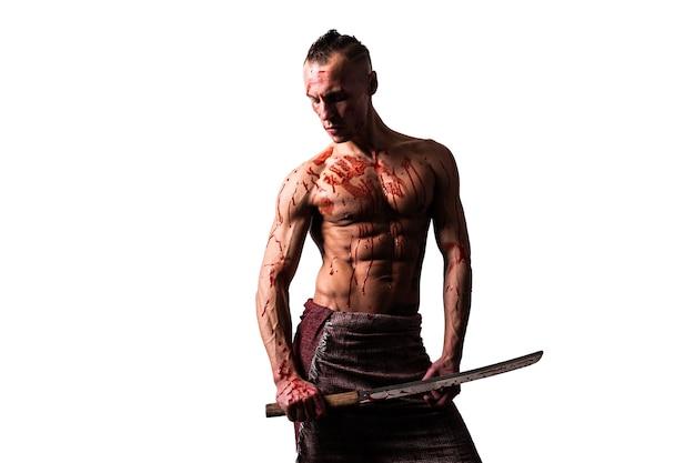 Atletische man met een zwaard in zijn handen. in het bloed van de vijand. geïsoleerd op een witte achtergrond. voor welk doel dan ook.
