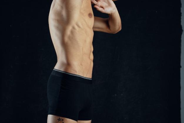 Atletische man met opgepompte abs workout fitness motivatie