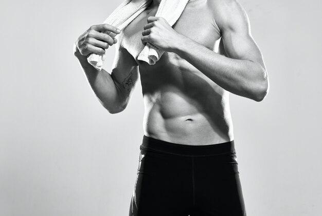 Atletische man met opgepompte buikspieren motivatie oefening workout