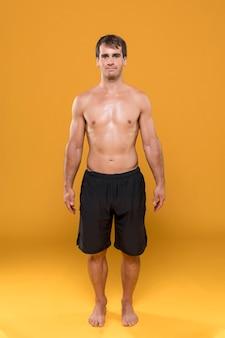 Atletische man met oranje achtergrond