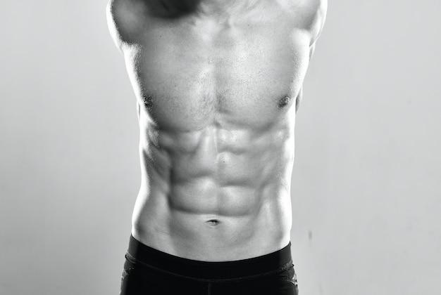 Atletische man met spierkracht oefening