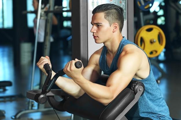Atletische man training in moderne sportschool