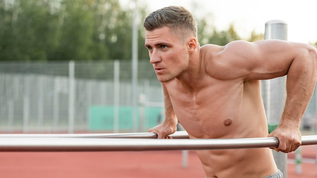 Atletische man training shirtless