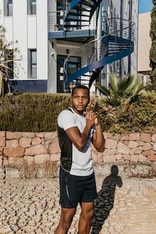 Atletische man uit een gemiddeld schot buiten