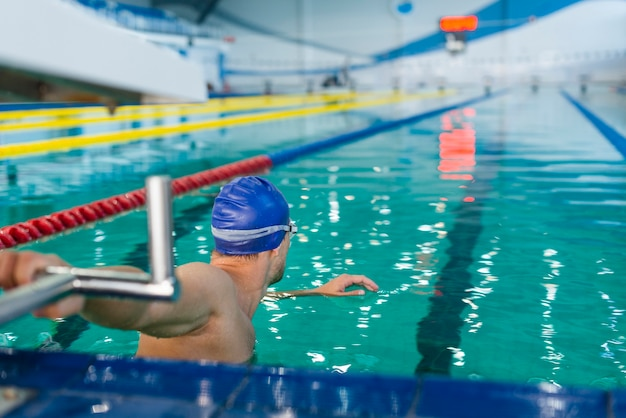 Atletische man voorbereiden om te zwemmen