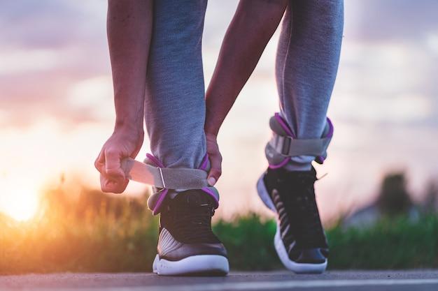 Atletische man zet op sportgewichten voor wandelen tijdens training buiten. gezonde en sportieve levensstijl.