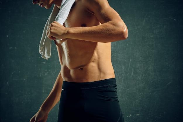 Atletische mannelijke atleet training oefening geïsoleerde achtergrond fitness