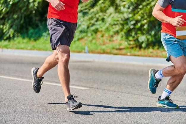 Atletische mannen joggen in sportkleding stad onderweg