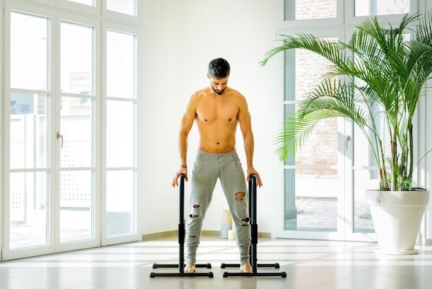 Atletische mens die voor gymnastiekoefeningen voorbereidingen treft