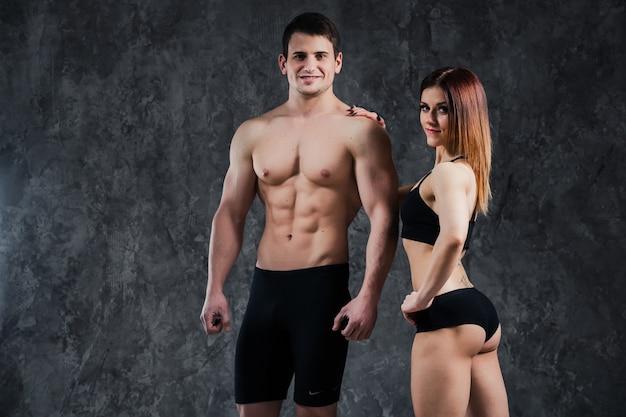Atletische mooie sexy jonge paar poseren in studio