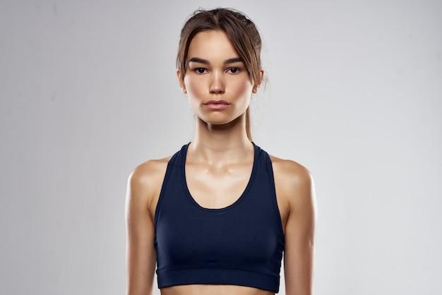 Atletische vrouw boksen ponsen training verbanden donkere achtergrond