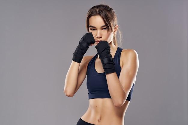Atletische vrouw boksen ponsen training verbanden geïsoleerde achtergrond. hoge kwaliteit foto