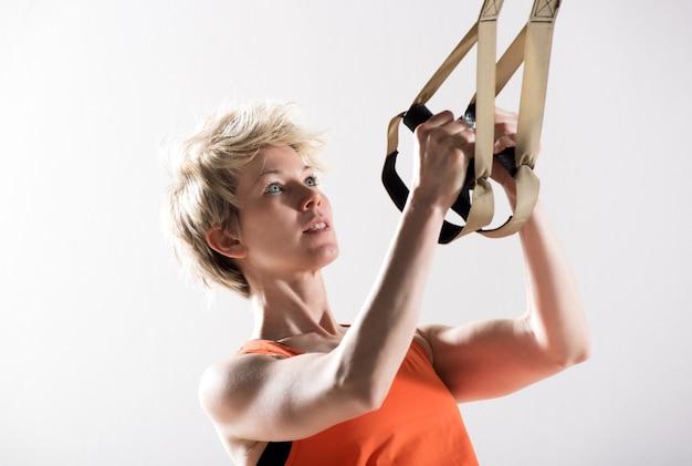 Atletische vrouw die geschiktheidskoorden trekt
