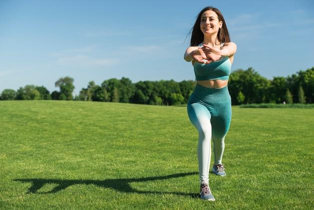 Atletische vrouw het praktizeren yoga openlucht