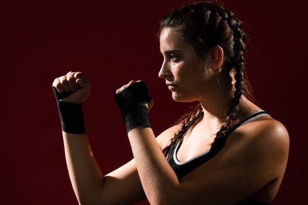 Atletische vrouw in fitness kleding