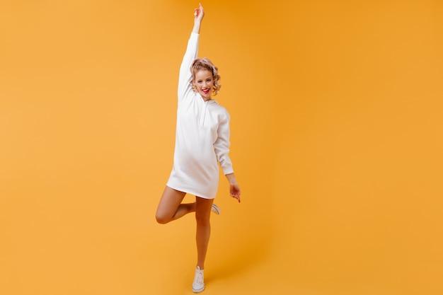 Atletische vrouw in goed humeur in sportkleding gelukkig lachend
