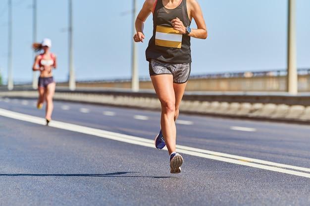 Atletische vrouw joggen in sportkleding in de stad