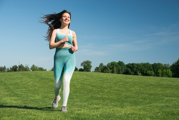 Atletische vrouw loopt buiten in een park