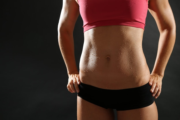 Atletische vrouw met abs poseren