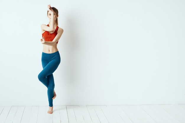 Atletische vrouw thuis oefenen